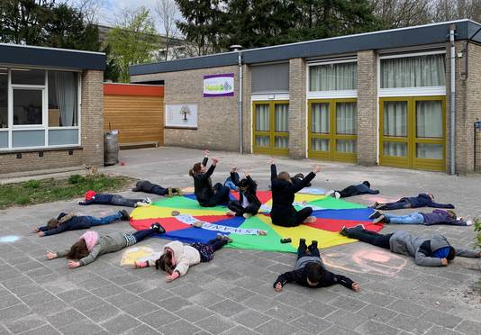 De zestien kinderen en twee jufs op basisschool Wandelbos vormen een ster met positieve boodschap voor de drone.