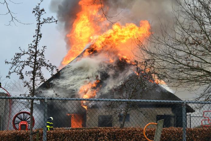 Een brand verwoestte de Vlaamse schuur van De Hoge Neer in Etten-Leur.