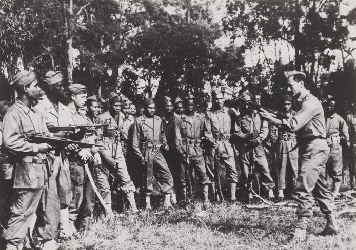 Surinaamse militairen oefenen met machinegeweren in opleidingskamp Casino in Australie