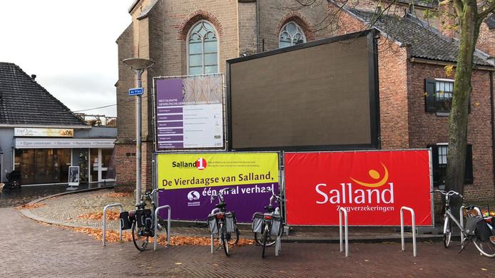 Het led-scherm van de Sallandse Wandelvierdaagse ging vanmorgen enige tijd op zwart na de diefstal van krachtstroomkabels.
