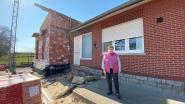 """Jaar nadat truck woonkamer van bejaard koppel binnenrijdt: """"Het heropgebouwde huis wordt een stuk moderner!"""""""