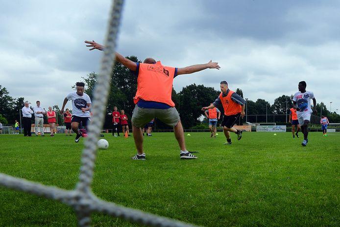 wandelvoetbal tussen een team vluchtelingen en team ambtenaren op het dvo terrein in Roosendaal . Archieffoto petervan trijen
