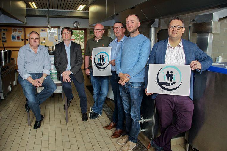 In de keuken van de school Futura in de Hellestraat bemerken we vlnr Jean-Pierre Depuydt, Steven Masil, Bart Braem, Stefaan Vandamme, Philippe Deleu en Sonny Ghesquière. Dorine Lesage ontbreekt.