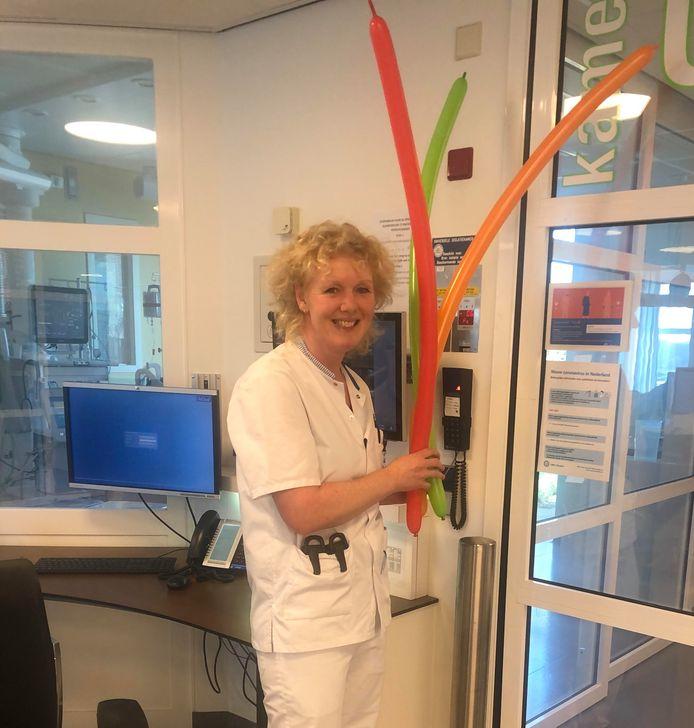 Linda de Roos is ic-verpleegkundige in UMC Utrecht en bouwde een feestje toen ze voor het eerst een coronapatiënt van de beademing kon halen.