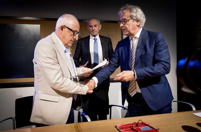 Holocaust-slachtoffer Salo Muller, voorzitter Job Cohen en president-directeur NS Roger van Boxtel tijdens de presentatie van het advies van de Commissie Individuele Tegemoetkoming Slachtoffers WOII Transporten NS.