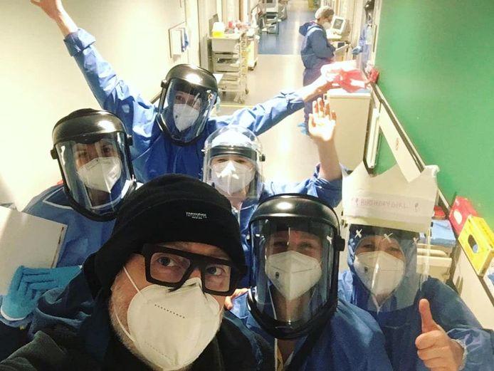 Peter Thyssen nam bij het verlaten van het ziekenhuis nog een selfie met het zorgpersoneel dat 14 dagen over hem heeft gewaakt.
