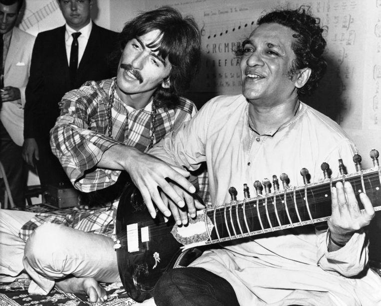 Ravi Shankar in 1967 naast Beatles-gitarist George Harrison, die hem ooit de 'godfather van de wereldmuziek' noemde. Beeld AP