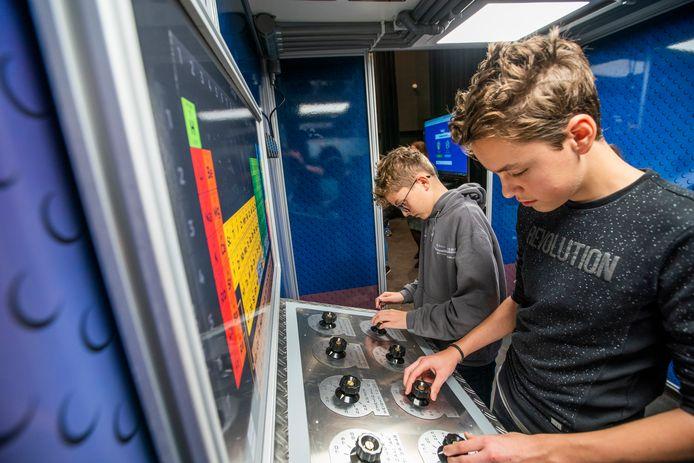 Tijdens de banenmarkt in gemeenschapshuis De Borgh Budel konden leerlingen uit Budel en omgeving kennismaken met verschillende beroepen.