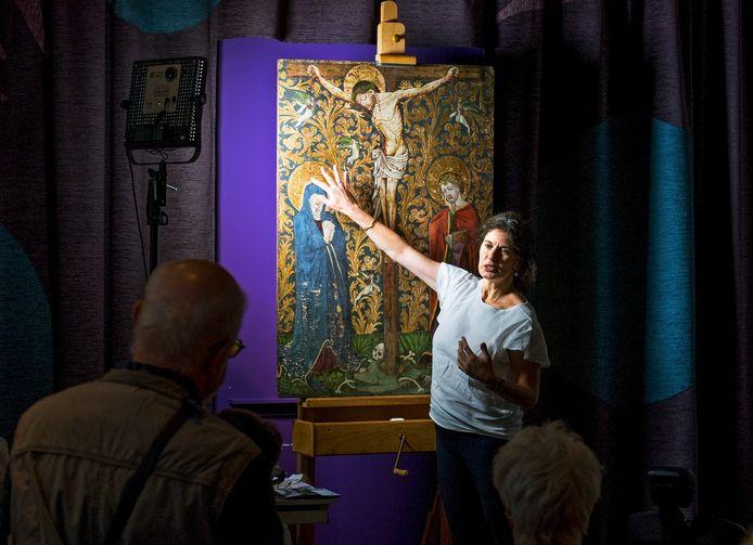 Publiek kan in het Catharijneconvent live vragen stellen aan restaurator Caroline van der Elst over het bijzondere middeleeuws paneel dat ze aan het restaureren is