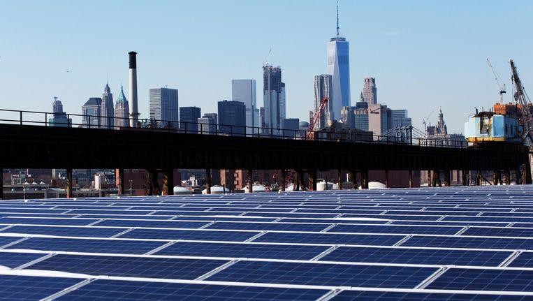 Zonnepanelen op een dak in New York. Op de achtergrond de skyline van Manhattan, 14 februari. Beeld ap