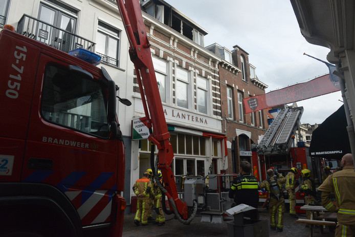 De brandweer in de Keizerstraat.