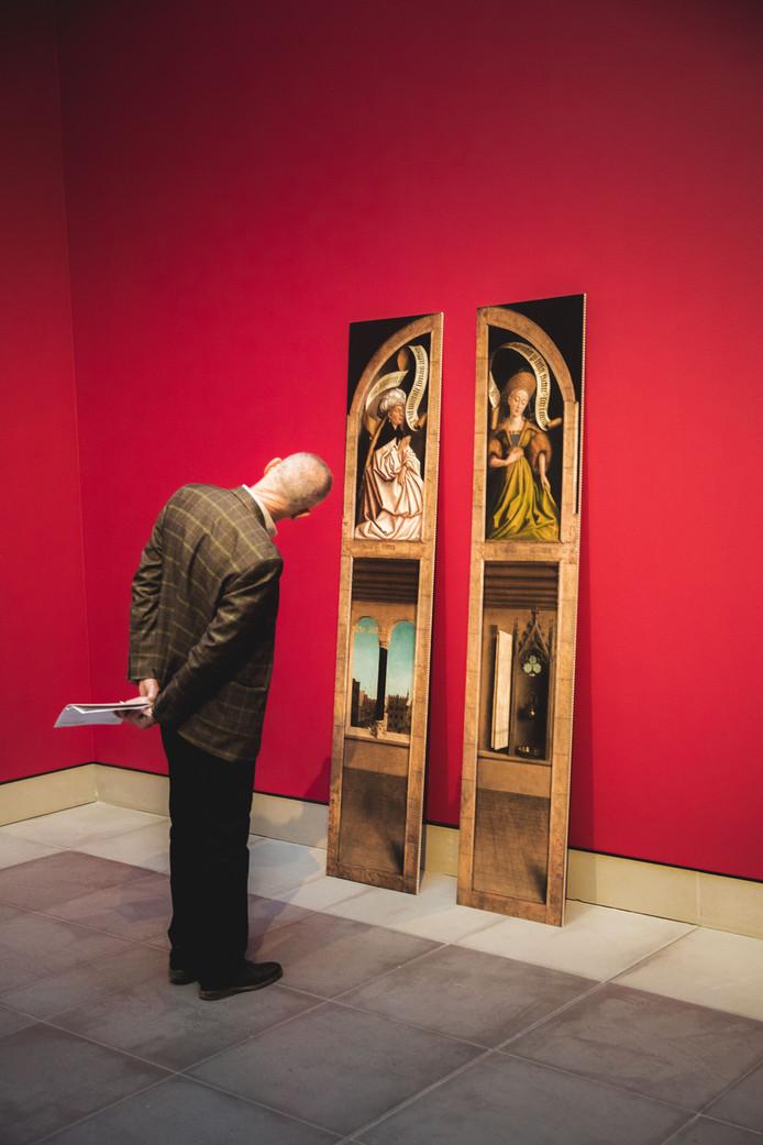 Deze man neemt zijn tijd om een reproductie van Van Eyck te bewonderen.