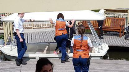Jongeren op schoolreis bespugen en besmeuren bootje van Efteling, beveiliging laat ze alles zelf schoonmaken