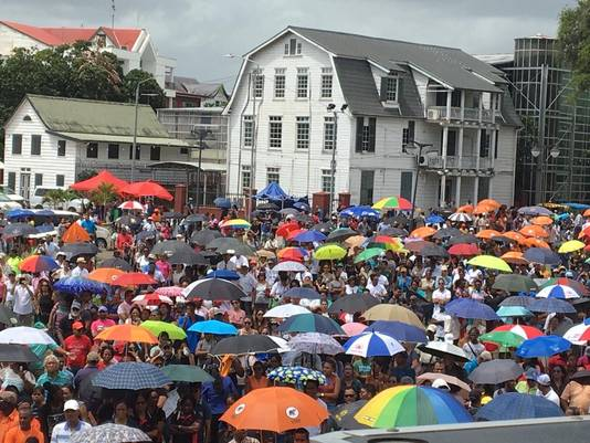 Duizenden mensen gingen in Paramaribo de straat op.
