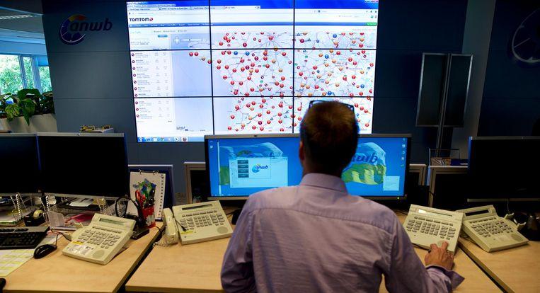 Een medewerker van de ANWB-Alarmcentrale kijkt naar een scherm met de files in Frankrijk tijdens Zwarte Zaterdag. Beeld anp