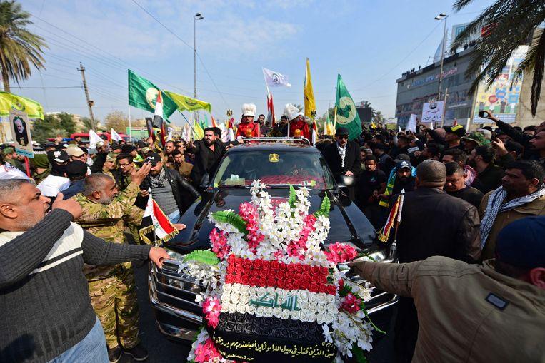De begrafenisprocessie in Bagdad zaterdag.  Beeld EPA