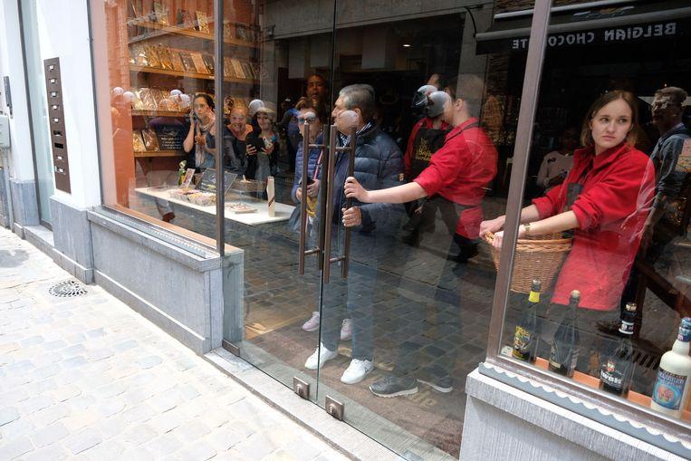 Klanten en personeel zoeken beschutting in een winkel.
