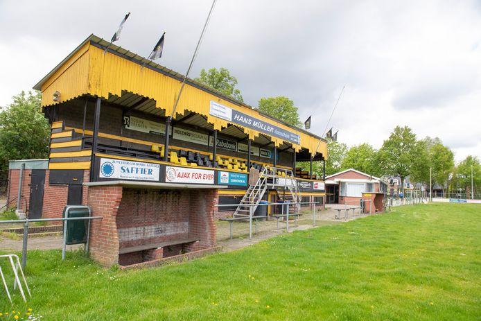 De Engelse tribune van het voormalige Rijssen Vooruit wordt over een poos voorzichtig gedemonteerd en weer opgebouwd op sportpark Het Opbroek (voorheen De Koele).