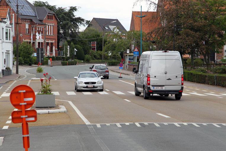 De weg van Aalter naar Eeklo snijdt het dorp Ursel bijna letterlijk in twee.