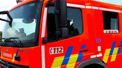 Brand in bijgebouw, vrouw (40) naar ziekenhuis