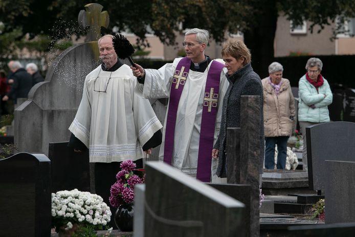 In 2019 zegende pastoor Norbert Swagemakers op Allerzielen graven in Mierlo-Hout.