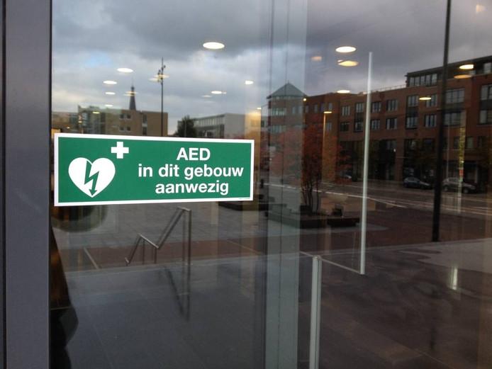 Een herkenbare sticker naast de voordeur van het gemeentehuis in Doetinchem. Foto DG