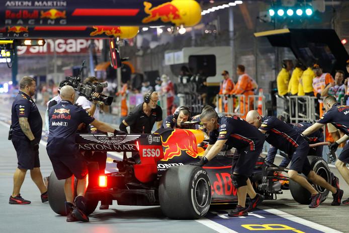 Max Verstappen wordt de pit in geholpen.