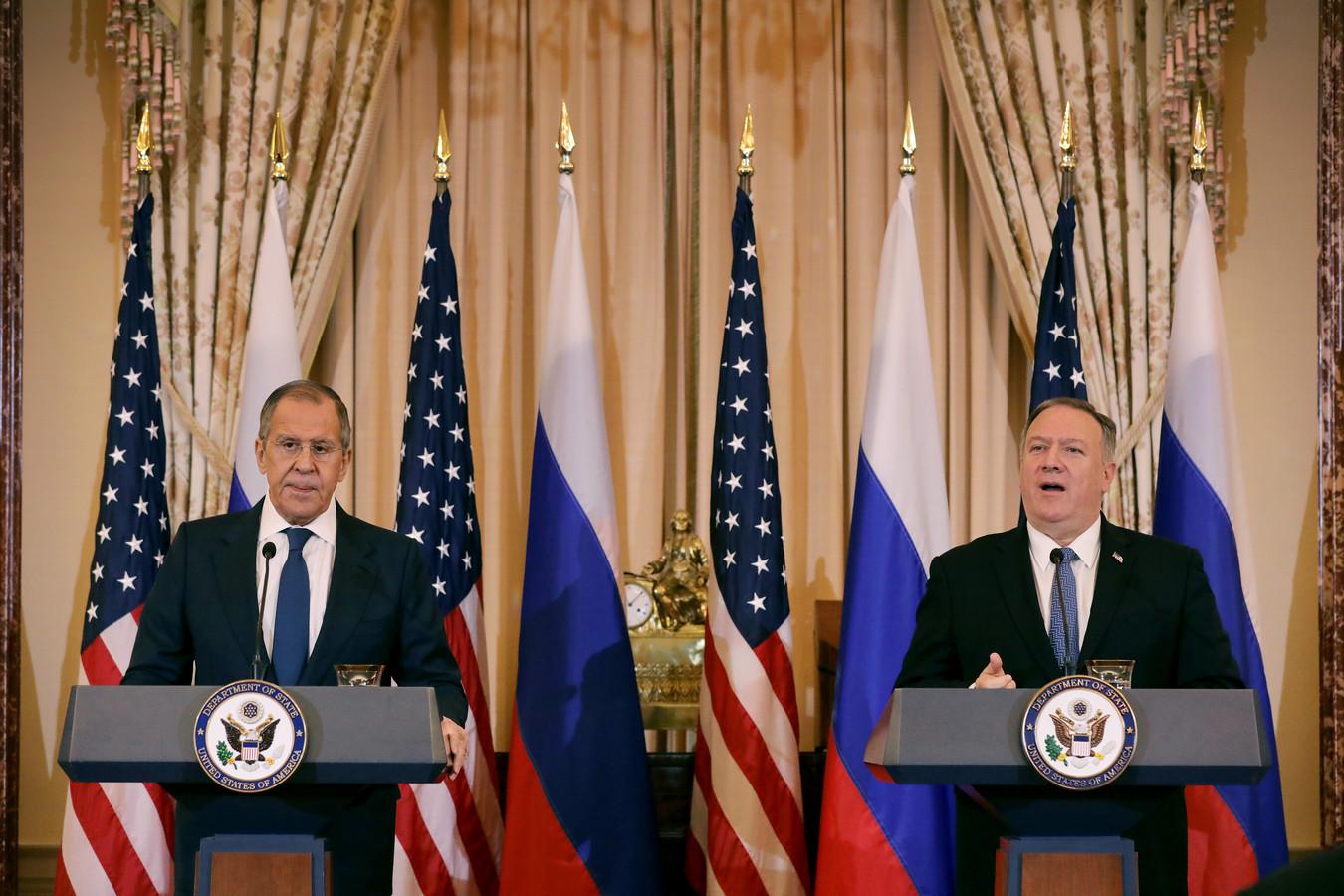 De Russische en Amerikaanse ministers van Buitenlandse Zaken Sergej Lavrov (links) en Mike Pompeo (rechts) tijdens een gezamenlijke persconferentie na hun ontmoeting dinsdag in Washington.