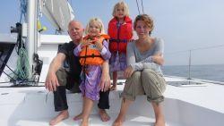 """Wereldreizigers Kim (38), Geoffrey (38), Louise (6) en Anna (5) zes maanden ver: """"Dit is toch wel een héél grote oceaan"""""""