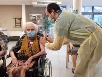 Jetje is eerste bewoonster die vaccin krijgt in Ninoofs woonzorgcentrum