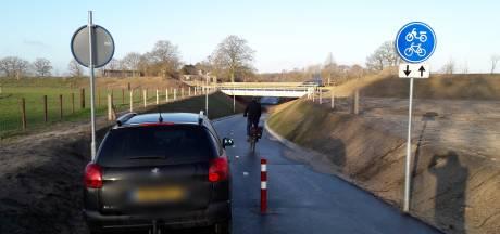 Auto's door fietstunnel in Voorst: 'Dit is echt te zot'