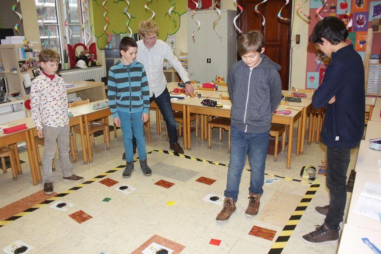 Leerkracht Geert en de leerlingen testen Scratch Unplugged uit.