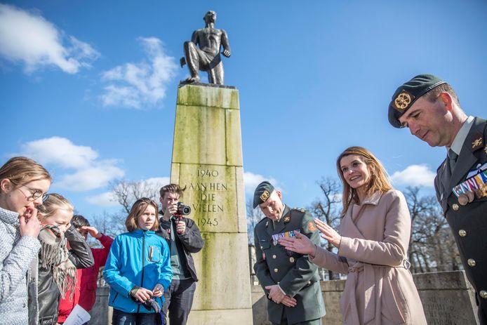 Staatssecretaris Barbara Visser (Defensie) bezocht samen met veteranen en basisschoolleerlingen het oorlogsmonument in het Ter Pelkwijkpark. Zij liet zich bijpraten over hoe de kinderen en veteranen de adoptie van het monument en de viering beleven.