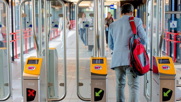 Vanaf maandag kunnen reizigers, naast het fysieke pasje, de OV-app gebruiken om in- en uit te checken Beeld anp