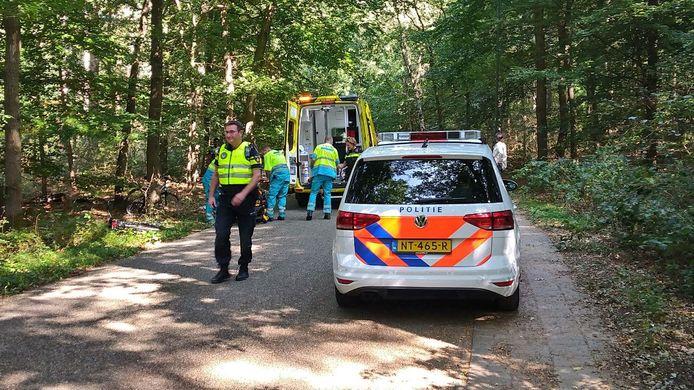 Een man kwam hard ten val met zijn fiets en word overgebracht naar het ziekenhuis.
