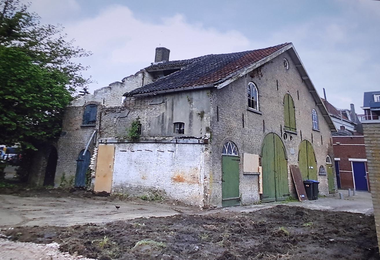Verbouwing Koetshuis bij de Molenstraat , vlak voor verbouwing begon. Serre op de voorgrond al afgebroken maar keert terug bij de winkel. Foto Jan Jongmans