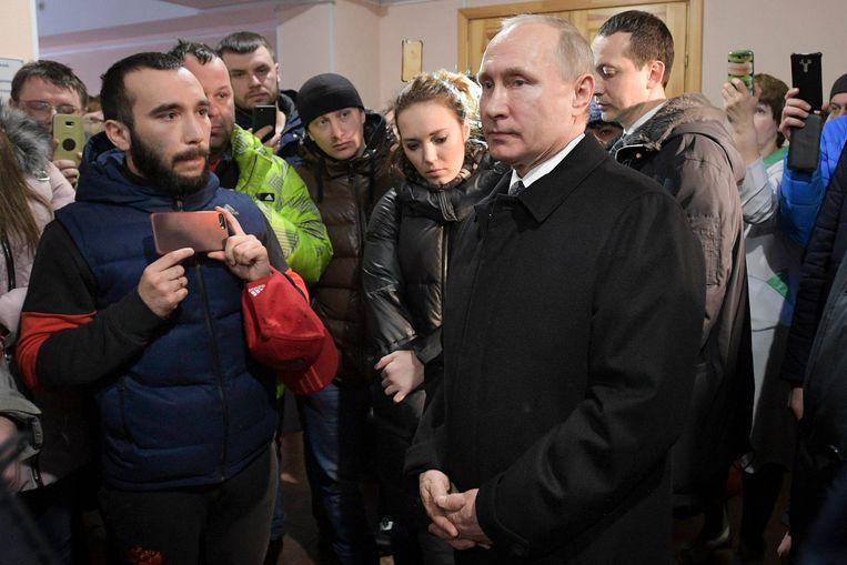 Poetin ontmoet familieleden van slachtoffers van de brand in Kemerovo, zo'n 3000 kilometer ten oosten van Moskou. Beeld AP