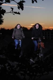 Studenten fietsen lang door donker buitengebied nu buurtbus niet rijdt: 'geen prettig gevoel'