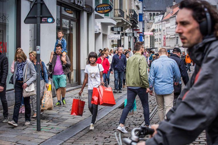 Ook op zondag kan het gezellig druk zijn in de Veldstraat.