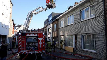 Veel schade na woningbrand, naastgelegen woningen lopen rookschade op