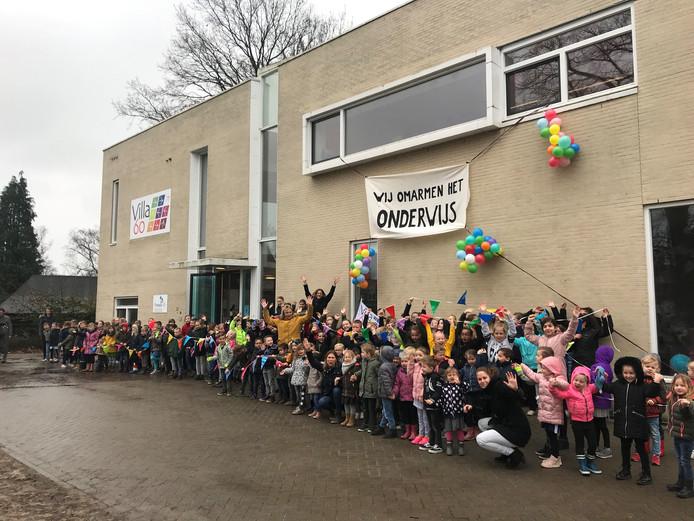 Leerlingen en docenten van de openbare basisschool Villa60 in Eefde.