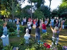 Veel vraag naar yoga in de kloostertuin