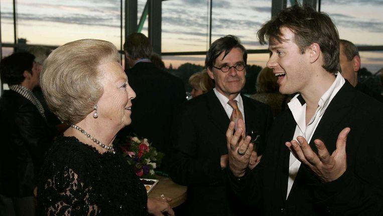 Koningin Beatrix in gesprek met componist Michel van der Aa. Beeld ANP
