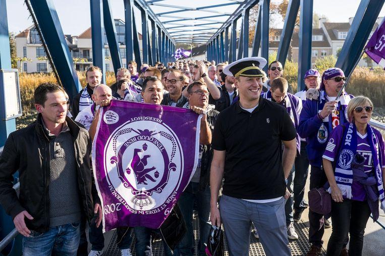 De fans bij het inschepen op de Berenboot.