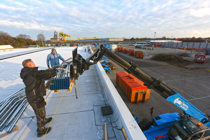 OOSTERHOUT - In 2018 werden op de daken van de Milieustraat zonnepanelen gelegd.