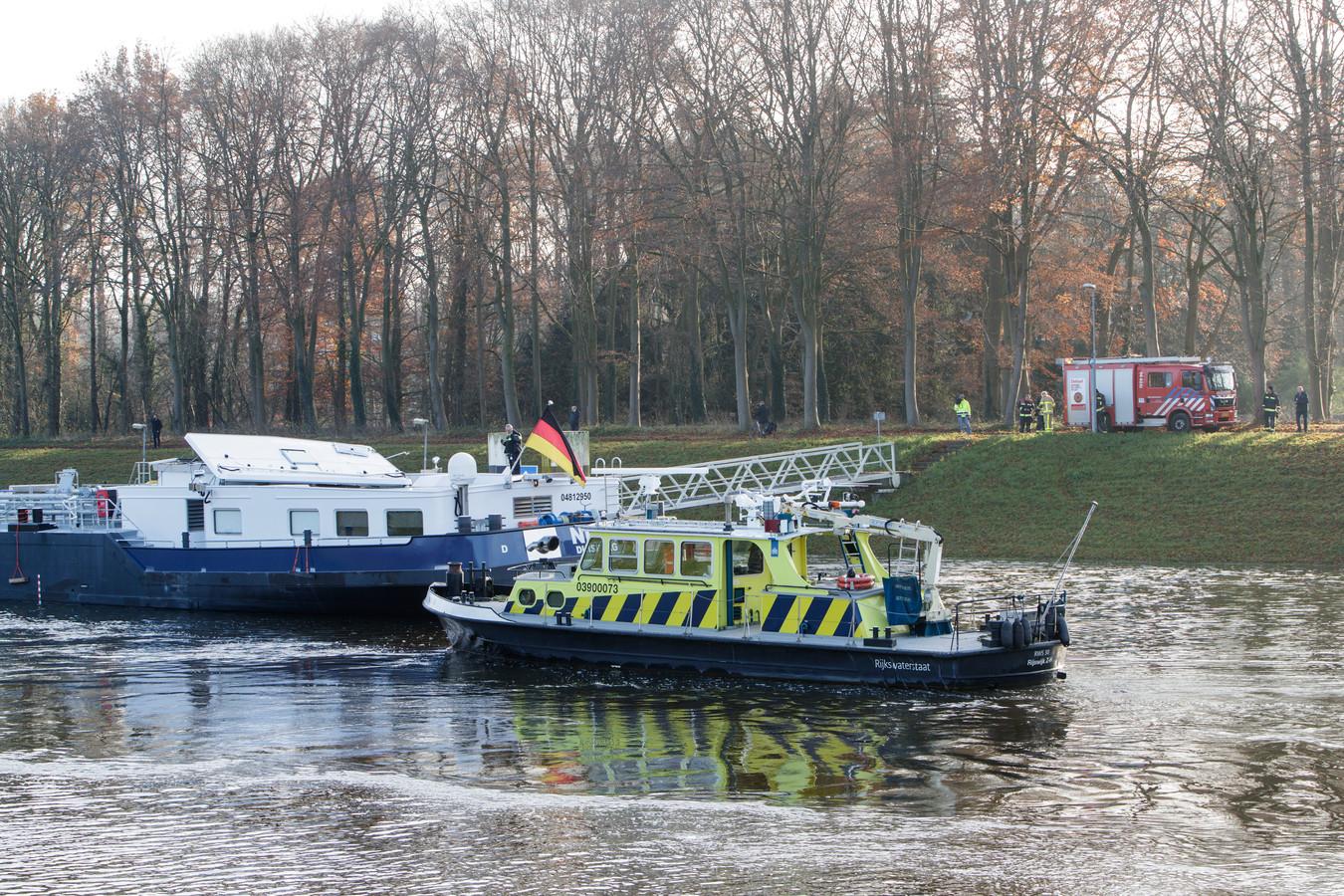 Een Duits binnenvaartschip ramt in december 2017 de Oude IJsselbrug bij Zutphen en verliest de kajuit.