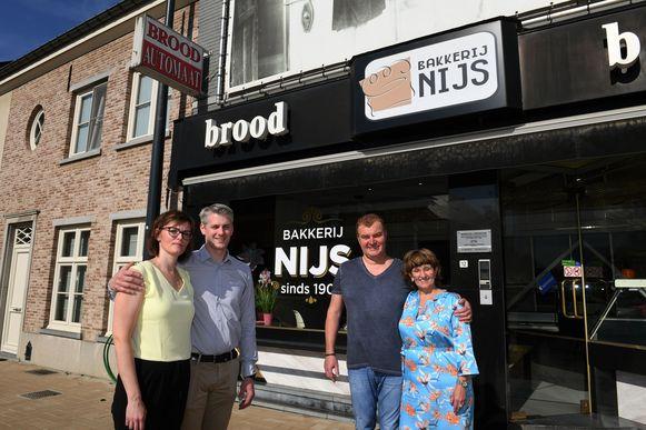 Links nieuwe uitbaters Geert Van Praet en Ann Bosmans en rechts Kris Nijs en Ingrid Janssens