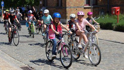 Jongeren doorkruisen samen Maarkedal met de fiets tijdens 'Dwars door Maarkedal'