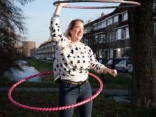 Dieuwertje (32) uit Arnhem doet aan hoelahoepen:  'Veel moeilijker dan je denkt'