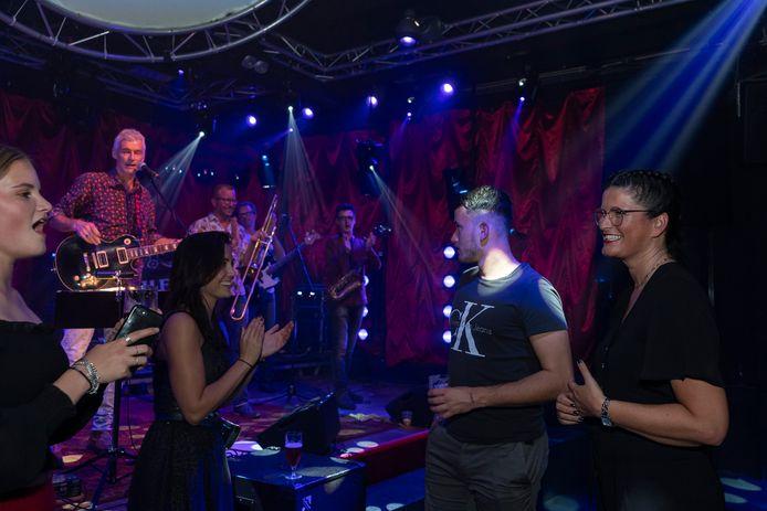 Ellen van Velthoven (r) geniet iedere seconde van haar benefietfeest in een afgeladen Brogum, met The Willies (foto), zanger Hans en DJ Arlonso